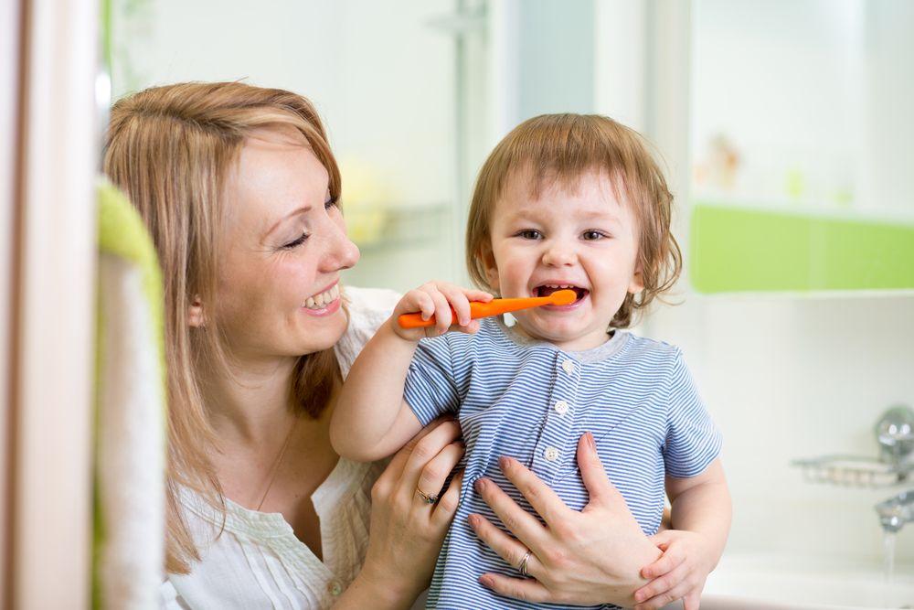 Как ухаживать за зубками маленьких детей